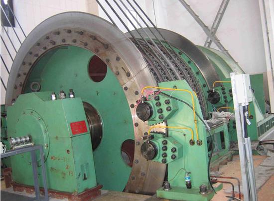 按提升钢丝绳的工作原理分缠绕式矿井提升机和摩擦式