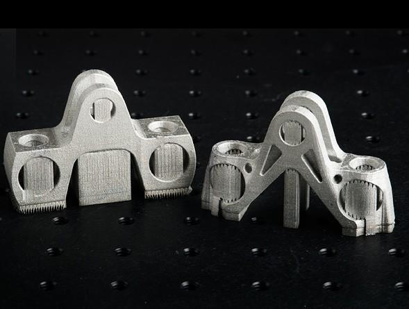 4 3D打印技术:未来工业领域大有可为  作为全球最大的喷气式发动机制造商,通用电气航空集团在去年收购一家科技公司Morris之后,开始利用3D打印技术将金属粉末打印成各种部件。通用电气所使用的3D激光烧结金属粉末技术学名叫叠层制造工艺,即用特殊工艺使极薄的材料一层一层堆叠出产品。叠层制造工艺适用于燃气涡轮和超声波仪器等设备的制造。通用电气利用叠层制造工艺生产的发动机喷嘴比传统制法更节省原材料,更轻,可以减少燃料消耗,最重要的是降低了成本。 目前,通用电气航空集团已经成功地利用这项技术制造出LEAP喷气
