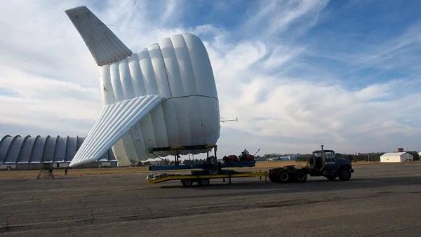 """飞艇,这种曾在飞机普及前被广泛使用的飞行器近两年被赋予了各种新使命。近日,美国阿拉斯加中部城镇费尔班克斯的天空中出现了一艘巨大的飞艇,其外观就像是海中的鳐鱼,不过它的作用可不是用来载客观光,而是科学家最新发明的高空风力发电机。据外媒介绍,麻省理工学院的Altaeros研究团队正在测试这种名为""""空中浮动涡轮""""(BAT)的新型风电系统,其内部充满了氦气,通常会被放置在距地面1000-2000英尺(约合305-610米)的空中,产生的电能将通过导线传回地面设备。至于为何要把飞艇放在数百米"""
