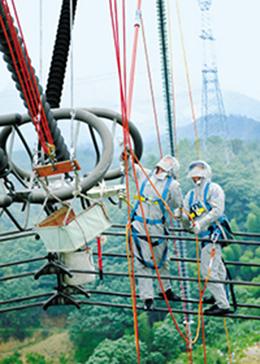 我国首次完成超高压输电线路直升机带电作业