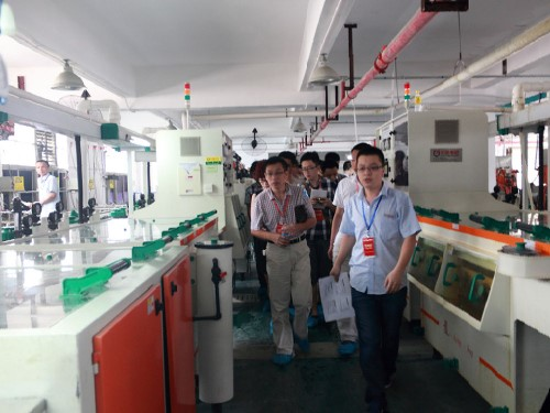 工作人员带领来宾参观PCB生产线