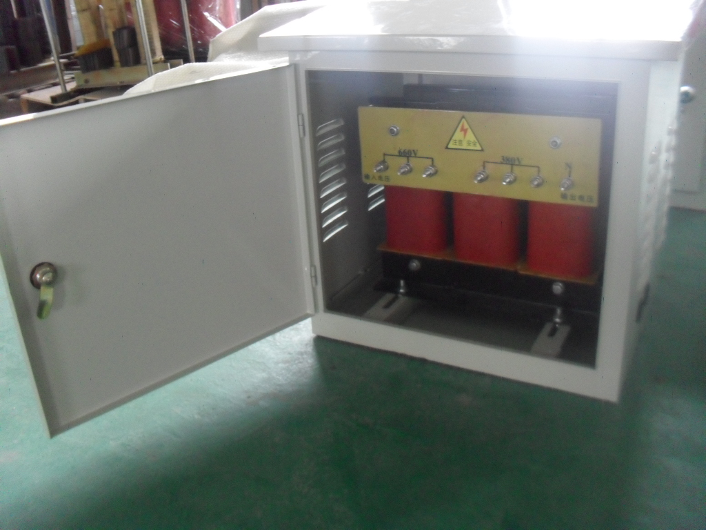 名称:三相干式隔离变压器 变压器广泛应用于各种不同的电压等级,设备类别不受限制。其优点在于性能稳定功耗小,美观环保,可独立设置,可安装在机柜和设备控制柜内。其输入电压常用交流440V、420V、380V,常用输出电压为三相交流380V、220V、110V、100V,(特殊输入、输出电压可定做)频率兼容于50/60Hz 容量1KVA-3000KVA 技术参数 1、 性能稳定,噪音小于40db 2、绝缘等级:B级 3、相对湿度:80% 4、效率高为98% 5、耐高压:2500V 6、环境温度:0 40 7