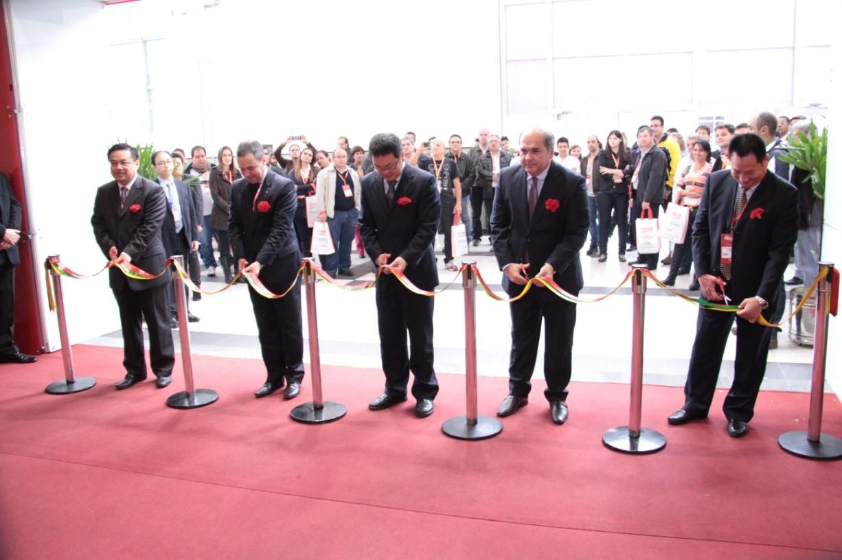 上海市进出口商会副会长潘建军等共同出席开幕式并为展会剪彩.图片