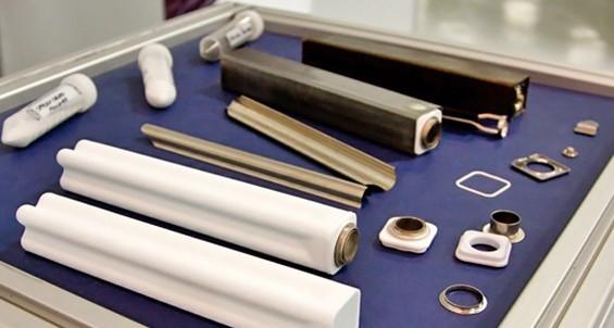电池的内部结构:通用电气新电池厂的展览演示了该公司新型电池的基本组件。白色的陶瓷材料是一种固态的电解质,是令电池工作的关键组件。Kevin Bullis/Technology Review   7月11日,通用电气正式启动了设立于纽约斯克内克塔迪,投资1亿美元的大型电池工厂。启动仪式伴随着由电池供电的盛大声光表演和焰火。这家将有450名雇员的工厂会生产一种基于钠和镍的新型电池。通用电气称,这种要比铅酸电池更耐用且充电速度更快的新技术,将会使得离网发电机效率更高,并且帮助电力部门把来源分散的电力整合起