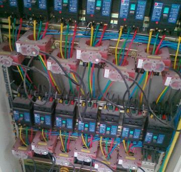 下图为江苏常熟某项目剩余电流探测器现场安装图片.